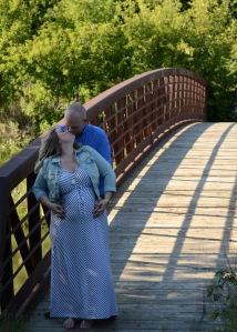 couple pregnancy pic kiss