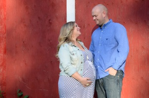 couple pregnancy pic us and red barn